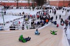 Dzieci jeździć na łyżwach z szczególnie zawijającym up wzgórzem Fotografia Royalty Free
