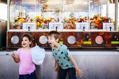 Dzieci je bawe?nianego cukierek przy karnawa?em obrazy stock