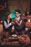 Dzieci je Halloween przekąski zdjęcie royalty free