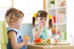 Dzieci je jedzenie w daycare centre zdjęcie royalty free