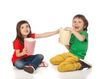 Dzieci je popkorn Zdjęcia Stock