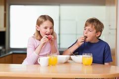 Dzieci je truskawki dla śniadania Obraz Stock