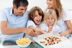 dzieci jedzący ich rodzic z podnieceniem pizzę fotografia royalty free