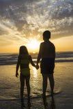 Dzieci kąpać się na plaży przy półmrokiem fotografia stock