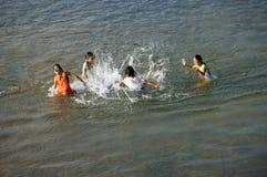 Dzieci kąpać w rzece fotografia stock