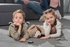 dzieci kłama na podłodze z zabawkami obraz stock
