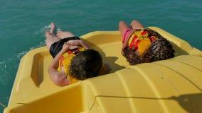 Dzieci kłamają odpoczywać na jachtu łódkowatym dennym oceanie Dzieciaki jadą catamaran łódź w oceanie na wodzie zbiory