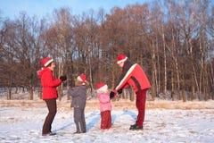 dzieci kapeluszy rodziców sztuka czerwieni zima Fotografia Stock