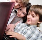 dzieci komputerowych przyjaciół gier grupowy bawić się obraz stock