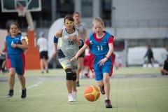 dzieci koszykówek grać Obrazy Stock
