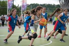 dzieci koszykówek grać Zdjęcia Royalty Free
