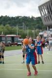 dzieci koszykówek grać Obrazy Royalty Free