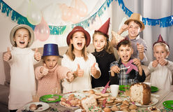 Dzieci ma świętowanie friend's urodzinowi podczas gościa restauracji Zdjęcie Stock