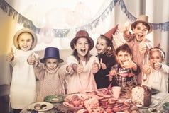 Dzieci ma świętowanie friend's urodzinowi podczas gościa restauracji Obrazy Stock
