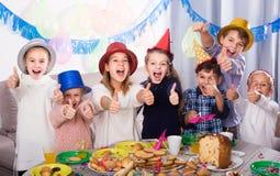 Dzieci ma świętowanie friend's urodzinowi podczas gościa restauracji Fotografia Stock