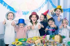 Dzieci ma świętowanie friend's urodzinowi podczas gościa restauracji Zdjęcia Stock