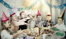 Dzieci ma urodzinowego gościa restauracji Zdjęcia Royalty Free