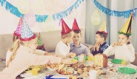Dzieci ma urodzinowego gościa restauracji Obrazy Stock