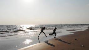 Dzieci ma zabawę w wodzie outdoors Szczęśliwi dzieci radosna chłopiec i dziewczyna biegają wzdłuż seashore zbiory wideo