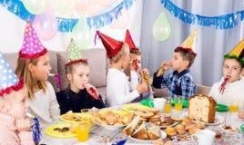 Dzieci ma zabawę podczas friend's przyjęcia urodzinowego Zdjęcia Stock