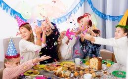 Dzieci ma zabawę podczas friend's przyjęcia urodzinowego Zdjęcie Stock