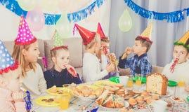 Dzieci ma zabawę podczas friend's przyjęcia urodzinowego Obraz Royalty Free
