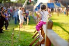 Dzieci ma zabawę podczas rocznego Średniowiecznego festiwalu, trzymającego w Trakai Peninsular kasztelu obrazy stock