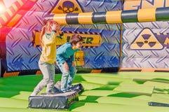 Dzieci ma zabawę przy parkiem rozrywki Przejażdżka na czółnie szczęśliwy dzieciństwa pojęcie zdjęcia royalty free