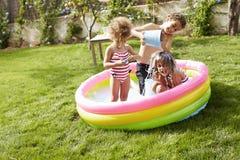 Dzieci Ma zabawę W Ogrodowym Paddling basenie Obraz Stock