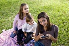 dzieci mają parka pinkin bawić się smartp Obraz Royalty Free