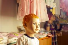 Dzieci mannequins ubierali w spadku stylu, odizolowywającym gatunku pejzaż miejski prawo autorskie wymienia żadnych przedmioty Fotografia Stock