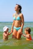 dzieci matkują morze dwa Zdjęcie Stock