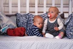 Dzieci na łóżku z poduszkami obrazy stock