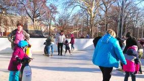 Dzieci na łyżwiarskim lodowisku, Wiedeń, Austria zbiory wideo