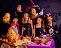 Dzieci na Halloween partyjnej robi bani z dorosłym Fotografia Stock