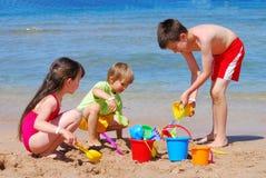 dzieci na plaży grać Zdjęcie Royalty Free
