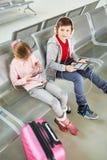 Dzieci na podróży bawić się z pastylką i smartphone obraz royalty free