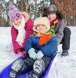 Dzieci na saniach w śniegu fotografia royalty free