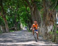 Dzieci na wiejskiej drodze w Mekong delcie, Wietnam Zdjęcia Stock
