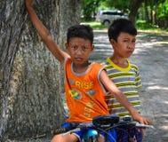 Dzieci na wiejskiej drodze w Mekong delcie, Wietnam Obrazy Royalty Free