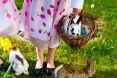 Dzieci na Wielkanocnego jajka polowaniu z królikiem Obraz Stock