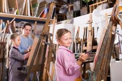 Dzieci należnie rysują lekcję zdjęcie royalty free