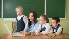 Dzieci, nauczyciel i zbiory wideo