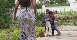 Dzieci obejmuje ich ojca po wracać dom 4k zbiory