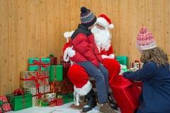 Dzieci odwiedza Santas grotę Zdjęcia Royalty Free