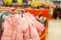 dzieci odzieżowy sprzedaży sklep obraz stock