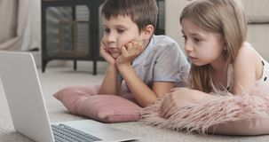 Dzieci ogląda środek zawartość na laptopie zdjęcie wideo