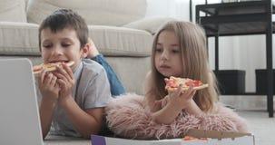 Dzieci ogląda film w domu zdjęcie wideo