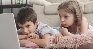 Dzieci ogląda film w domu zbiory