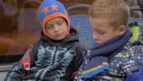 Dzieci ogląda kreskówkę na wiszącej ozdobie podczas autobusowej przejażdżki zbiory